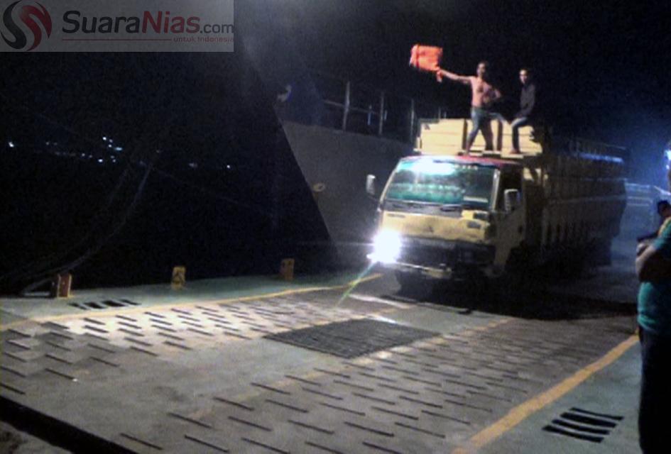 Seorang oknum TNI AL (tanpa baju) berada di atas truk pengangkut BBM Subsidi | Foto: Edi Zebua