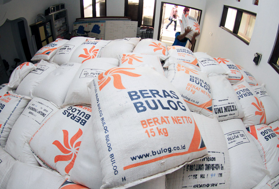 Petugas mengangkut beras untuk rakyat miskin daerah (raskinda) sebelum disalurkan di Kelurahan Banyuanyar, Solo, Jateng, Sabtu (12/4)
