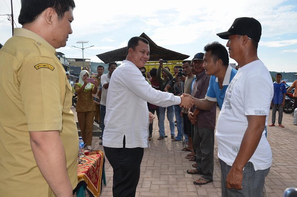 Wakil Wali Kota Gunungsitoli Sowa'a Laoly menyerahkan bantuan kapal motor kepada sejumlah nelayan / Foto: Istimewa